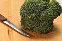 Broccoli op een houten scherpe raad Stock Afbeeldingen