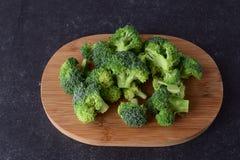 Broccoli op een houten scherpe raad Het geleidelijke huis koken Gezond het Eten Concept Royalty-vrije Stock Foto