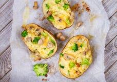 Broccoli-, ost- och champinjontjock skaldjurssoppapotatis Sikt från över, bästa studioskott Royaltyfri Fotografi