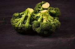 Broccoli på en svart bakgrund Arkivbild