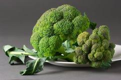 Broccoli på plattan Arkivfoto