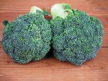 Broccoli på träbakgrund Royaltyfria Bilder