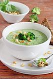 Broccoli-potatisen soppa med sörjer att överträffa för muttrar och för broccoli Royaltyfria Bilder