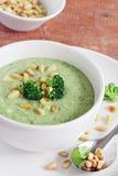 Broccoli-potatisen soppa med sörjer att överträffa för muttrar och för broccoli Arkivfoton