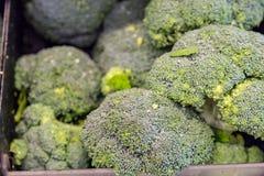 Broccoli som sedd på lagret bordlägger Arkivbild