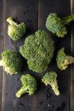 Broccoli su fondo di legno nero Immagini Stock Libere da Diritti