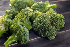Broccoli su fondo di legno nero Fotografie Stock Libere da Diritti