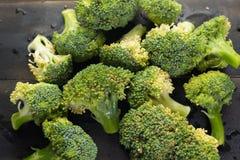 Broccoli su fondo di legno nero Fotografia Stock Libera da Diritti