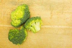 Broccoli su un fondo di legno Fotografia Stock Libera da Diritti