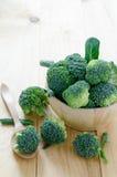 Broccoli sul cucchiaio di legno di legno e della tavola fotografia stock