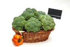 Broccoli in un canestro del negozio Fotografia Stock Libera da Diritti