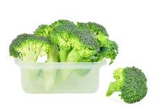 Broccoli in un recipiente di plastica. Fotografie Stock