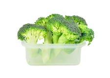 Broccoli in un recipiente di plastica. Fotografia Stock
