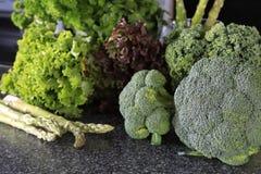 Broccoli verdi freschi con lattuga su una tavola Fotografia Stock Libera da Diritti