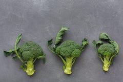 Broccoli verdi freschi su fondo grigio, spazio della copia, vista superiore Fotografia Stock