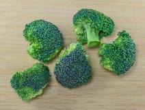 Broccoli verdi sulla tavola di legno Immagini Stock Libere da Diritti