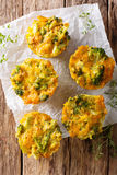 Broccolibeten met cheddarkaas, ei en thymeclose-up op Th Royalty-vrije Stock Foto