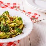 Broccolideegwaren met saus van groene erwten Stock Fotografie
