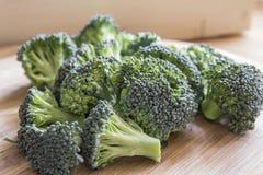 BroccoliFlorets på en skärbräda Royaltyfri Bild