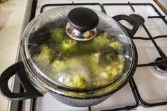Broccoligr?nsak som kokar i krukan royaltyfri foto