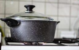 Broccoligr?nsak som kokar i krukan royaltyfri fotografi