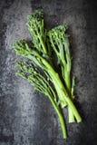 Broccolini sur la vue aérienne d'ardoise Images stock