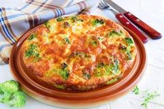 Broccolipaj på en brun keramisk platta äta för begrepp som är sunt royaltyfria bilder