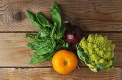 Broccoliromanesco, tomat, lök, basilika Arkivbilder