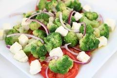 Broccolisalade met tomaten en kaas stock afbeelding