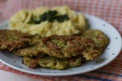 Broccoliskivor och mosad potatissikt Fotografering för Bildbyråer