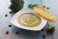 Broccolisoep met zware room en gesneden amandelen Royalty-vrije Stock Foto