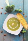 Broccolisoep met zware room en gesneden amandelen Stock Afbeelding