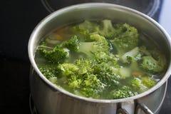 Broccolisoppa i krukan Arkivfoto