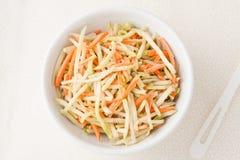 Broccolivitkålssallad med strimlade morötter Arkivfoton