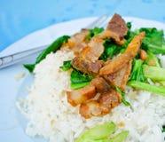Broccolo cinese fritto con porco croccante Immagini Stock Libere da Diritti