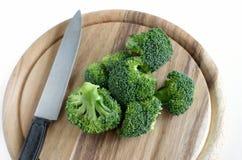 Broccolo con il coltello sul taglio di legno Fotografia Stock