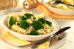 Broccolo con pasta immagine stock