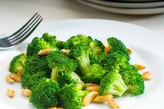 Broccolo e mandorle sauteed freschi Fotografia Stock