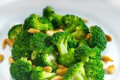Broccolo e mandorle sauteed freschi Fotografie Stock
