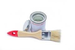 Brocha con el pote de pintura. Imagen de archivo
