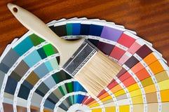 Brocha con la tarjeta de colores Fotos de archivo libres de regalías