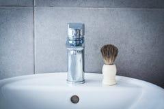 Brocha de afeitar en el lavabo en el cuarto de baño Imagen de archivo libre de regalías