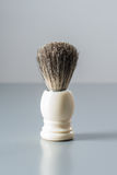 Brocha de afeitar en fondo gris Foto de archivo
