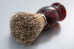 Brocha de afeitar en fondo gris Imagenes de archivo