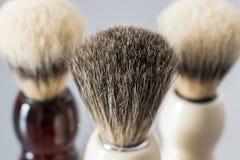 Brocha de afeitar en fondo gris Fotografía de archivo libre de regalías