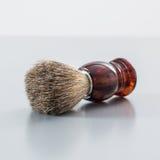 Brocha de afeitar en fondo gris Imagen de archivo