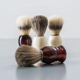 Brocha de afeitar en fondo gris Fotografía de archivo