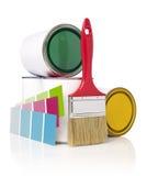 Brocha, muestra del color y latas de la pintura Fotos de archivo libres de regalías