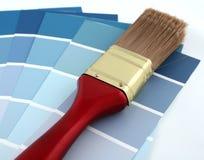 Brocha y muestras azules de la pintura Foto de archivo