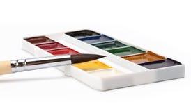Brocha y paleta de los pintores del color Fotos de archivo libres de regalías